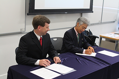 On August 3, Andrew Lee, IN@IU network architect, and Fumihiko Tomita, vice president of NICT, signed a memorandum of understanding (MOU) in Hong Kong at the 42nd Asia Pacific Advanced Network (APAN) meeting.